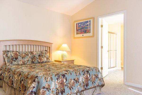 1st Master bedroom en-suite - queen bed