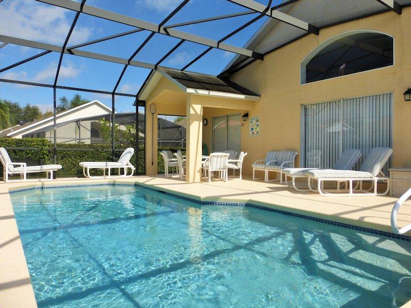 Pool reel to retain heat