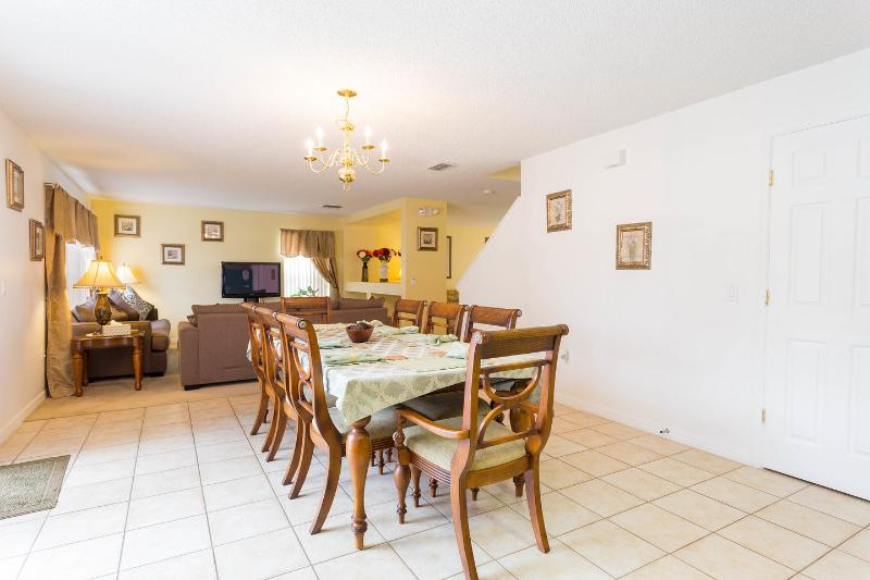 DINING ROOM caters for 8 people