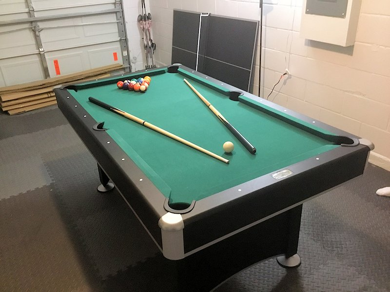 Games room with pool table, Wii and Xbox360 cons